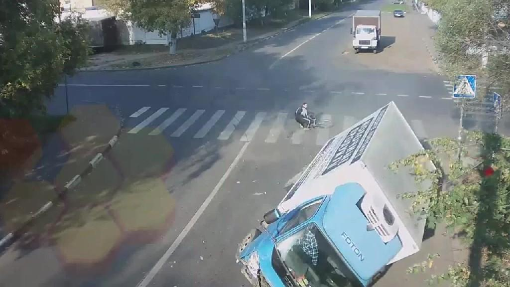 Biker miraculous escape in Russia